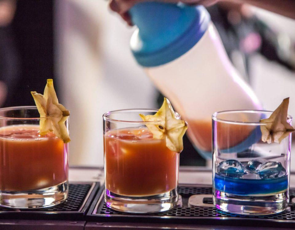 Wyjątkowa atrakcja na imprezę — zamówienie barmana
